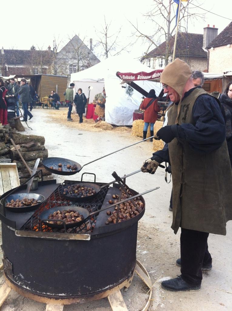 最符合主題市集 離遠已看見炊煙,原來是有古老裝扮的檔攤賣栗子、熱菜湯、熱酒和熱果汁。這裡的市集是我看過最符合主題的市集,清一色中世紀產品,鐵鍊武器、鐵劍、中世紀餅乾、服飾、精靈尖耳朵,就連中世紀的餐具、不同年代的湯匙都有,鉅細無遺!